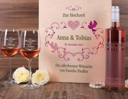 Geschenkset mit Weinglas und Flasche in einer Holzbox